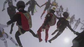 Skydiverslag i likformign som faller i himmel Skapa bildande Extremt jippo fall lager videofilmer