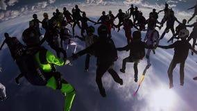 Skydiverslag som gör stort bildande i himmel höjd Extremt jippo afton stock video