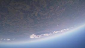 Skydiverslaget hoppar från flygplanet som faller i molnig himmel höjd extremt sun stock video