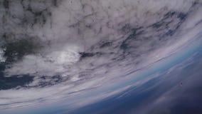 Skydiverslaget hoppar från flygplanfristil i molnig himmel höjd Extremt jippo stock video