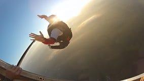 Skydiversprongen van het vliegtuig in langzame motie stock videobeelden