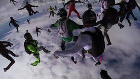 Skydiversteam machen Bildung im Himmel fallen Extremer Sport uniform drehzahl stock video footage