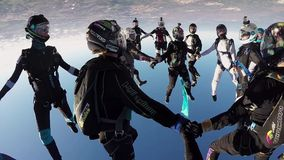 Skydiversteam machen Bildung im Himmel Halten der Balance drehzahl sonnig fallen stock footage
