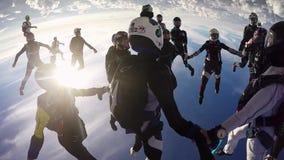 Skydiversteam machen Bildung im Himmel Halten der Balance drehzahl Sonniger Tag stock footage