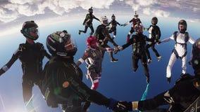 Skydiversteam machen Bildung im Himmel Schwestern, die Hände anhalten drehzahl Sonniger Tag fallen stock video