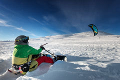 Skydives Snowboarder στο σκηνικό μπλε ουρανού στις χιονοπτώσεις βουνών Στοκ Φωτογραφία