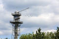 skydiving一个老的塔 免版税库存照片
