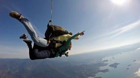 Skydiving一前一后幸福 免版税库存照片