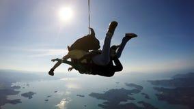 Skydiving一前一后幸福 图库摄影