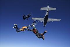 Skydiving人从飞机的配合跃迁 库存照片