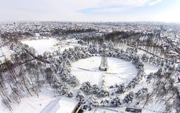 Skydiving塔,冬天公园风景,鸟瞰图 免版税库存照片