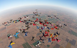Skydiving大小组形成大角度视图 库存照片