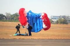 Skydiving展示在全国儿童` s天 免版税图库摄影