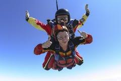 Skydiving照片。 纵排。 库存图片