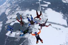 skydiving的形成 一个小组跳伞运动员做着在天空的一个图 免版税图库摄影