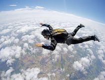 Skydiving纵排云彩天 库存图片