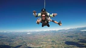 Skydiving纵排朋友标志手 库存照片