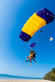 Skydiving纵排着陆海滩   库存照片