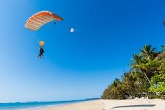 Skydiving纵排着陆海滩   免版税图库摄影