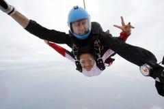 Skydiving纵排跃迁幸福 免版税库存照片