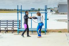 Skydiving辅导员在跳前教她正确skydiving的位置 免版税库存图片