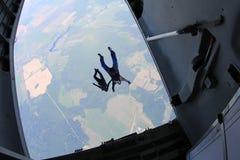 skydiving 跳伞运动员跳出飞机 从飞机的看法 图库摄影