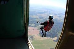 skydiving Ögonblicket av utgången fotografering för bildbyråer