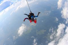 skydiving 一前一后在云彩飞行 免版税库存照片