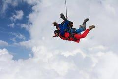 skydiving 一前一后在云彩飞行 免版税图库摄影
