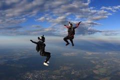 skydiving 两个beatuful女孩在天空飞行 免版税库存照片