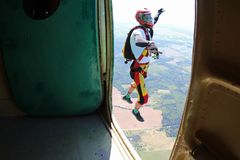 skydiving Der Moment des Ausganges stockbild