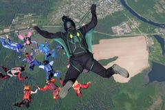 skydiving Ein Kameramann stellt Foto und Video ?ber freie fallende Skydivers her lizenzfreie stockbilder