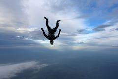 skydiving El Skydiver está cayendo en la posición de abajo principal foto de archivo