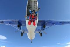 skydiving Em tandem saltou de um avião fotografia de stock