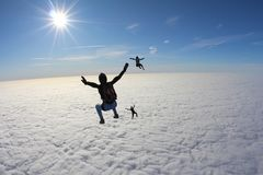 skydiving En grupp av skydivers faller i den fantastiska himlen arkivfoto