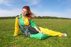 skydiving En härlig flicka efter hoppet arkivfoto