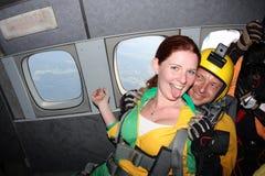 skydiving En passagerare och hennes instruktör i ett flygplan arkivbild