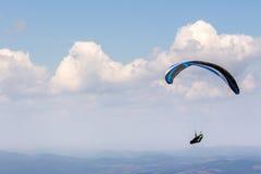 Skydiving extreem over de bergen Stock Fotografie