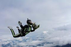 skydiving Flicka med gruppen av blommor i himlen royaltyfri foto