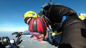 Skydiving het achter elkaar Sprong achter elkaar Parachutisten in Lange Vrije Daling stock video