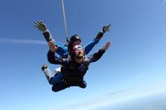 Skydiving het achter elkaar Twee kerels hebben pret in de hemel royalty-vrije stock afbeeldingen