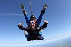 Skydiving het achter elkaar Twee kerels hebben pret in de hemel stock fotografie