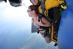 Skydiving het achter elkaar uitgang Het meisje gilt stock afbeelding
