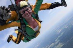 skydiving Il passeggero in tandem ha un grande sorriso immagini stock