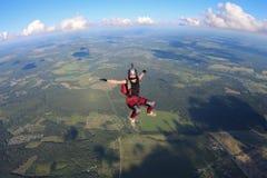 skydiving La muchacha feliz está cayendo en el cielo fotos de archivo libres de regalías