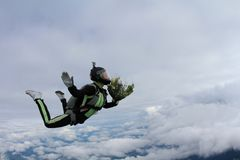 skydiving Meisje met bos van bloemen in de hemel royalty-vrije stock foto