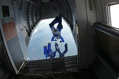 skydiving Quelques parachutistes sont sauter d'un grand avion photographie stock