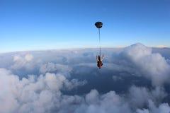 skydiving Salto en tándem El hombre y la mujer joven están cayendo en el cielo juntos fotos de archivo