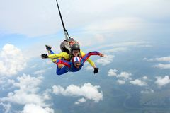 skydiving Salto en t?ndem Instructor y pasajero indio imagenes de archivo