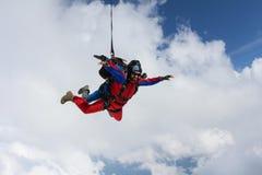 skydiving Tandem fliegt in die Wolken stockfoto